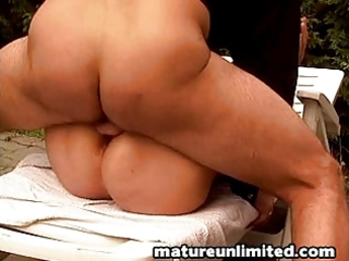 Outdoor mom gets fuck