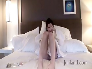brunette samantha bentley puts on a show and