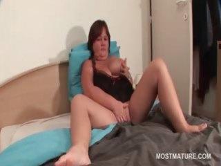 bbw older honey masturbating muff in bed