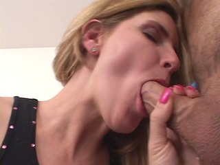 Fine-ass MILF answers ad - wants cum in her mouth